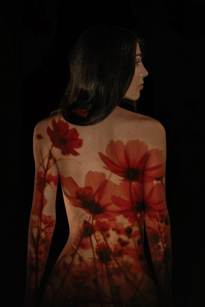 proiezione dei fiori rossi sul corpo femminile fotografia artistica Torino