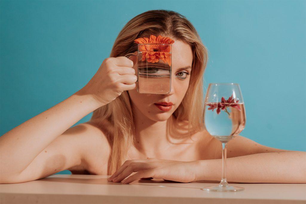Fotografia Artistica Conde Nast Italia | Modella con bicchiere d`acqua