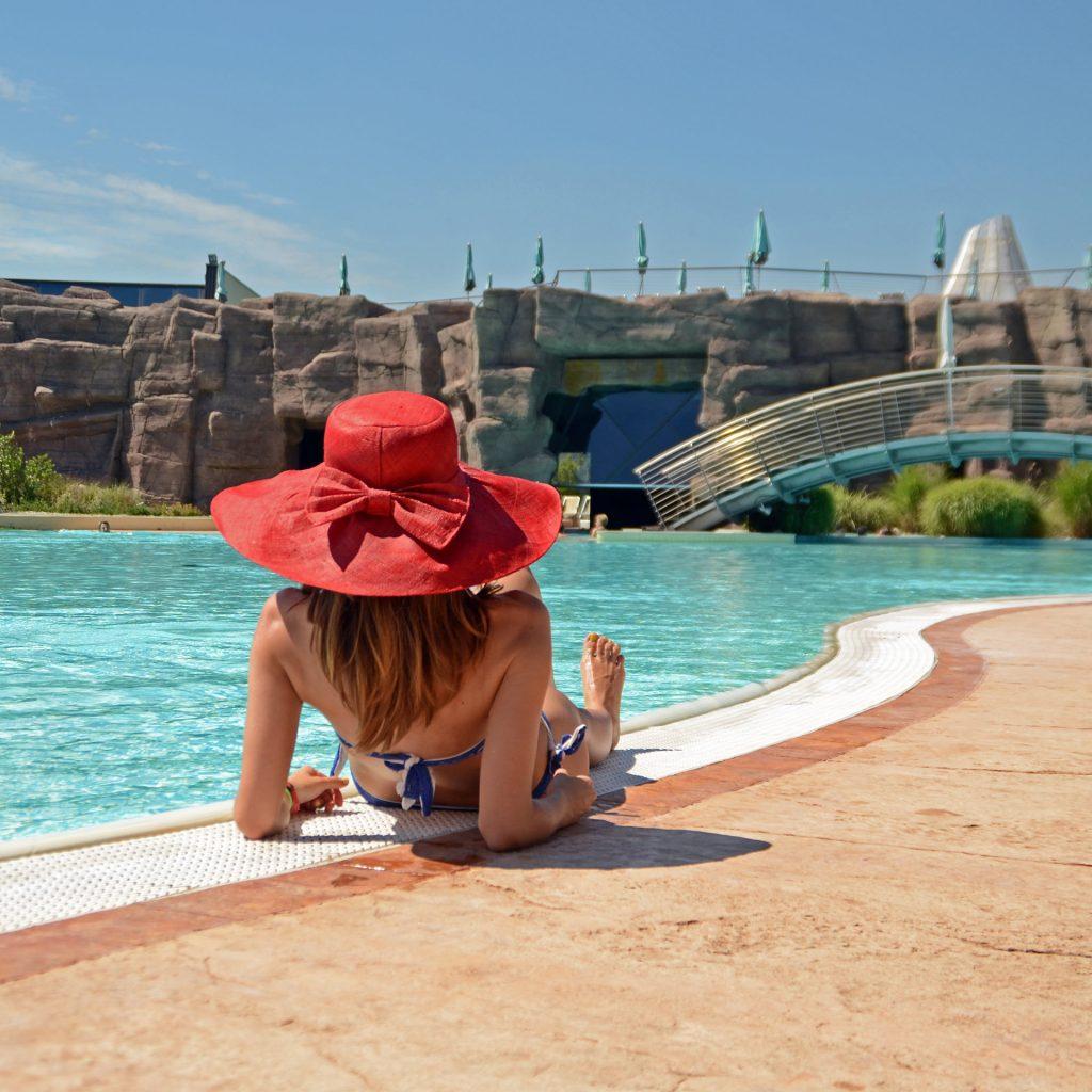 Fotografia esterni piscina AQuardens Verona | ragazza con capello rosso