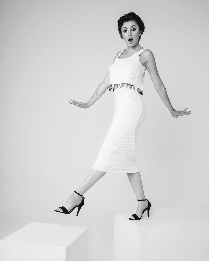 fotografia in studio, bianco e nero, stile pin up