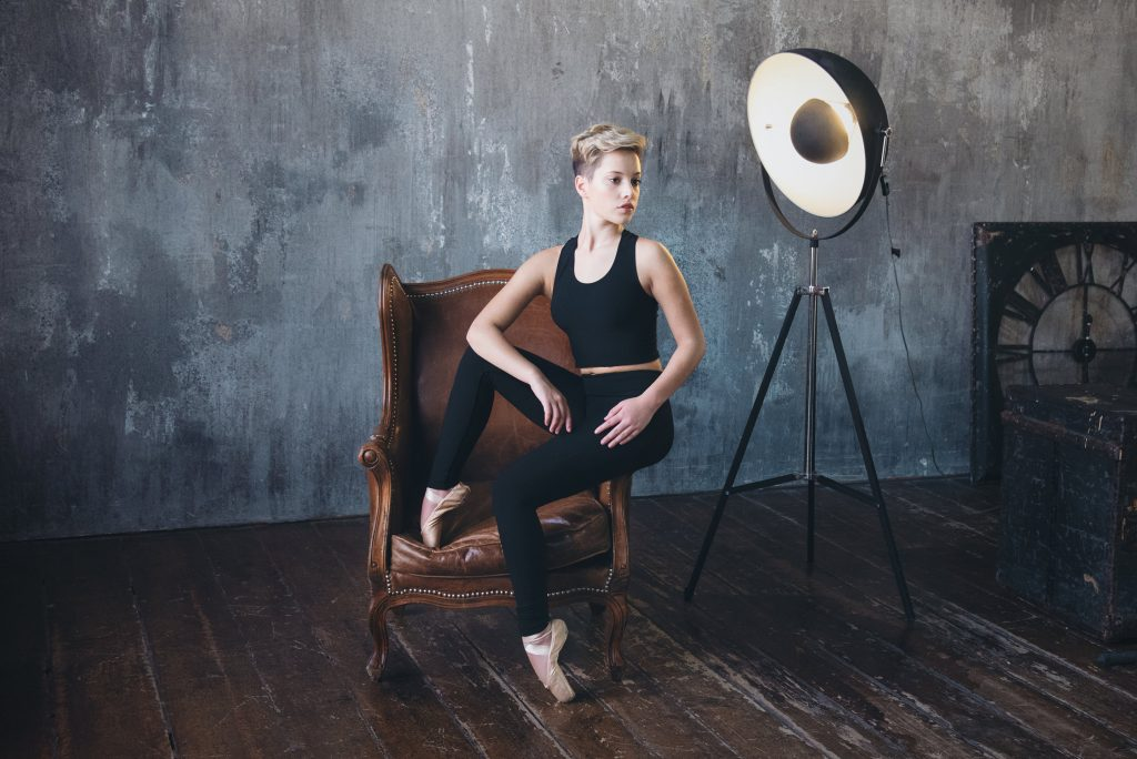 Giovane ballerina posa per fotografo